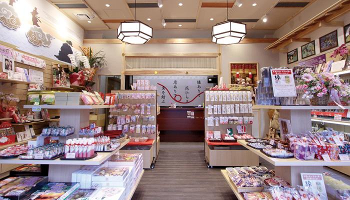 出雲 縁結びのお土産を多数品揃え☆天井は高く、開放感のある店内です。