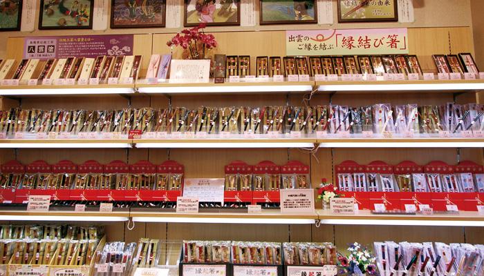 壁一面に広がる縁結び箸☆そのほとんどが当店限定商品、名前入れも無料☆